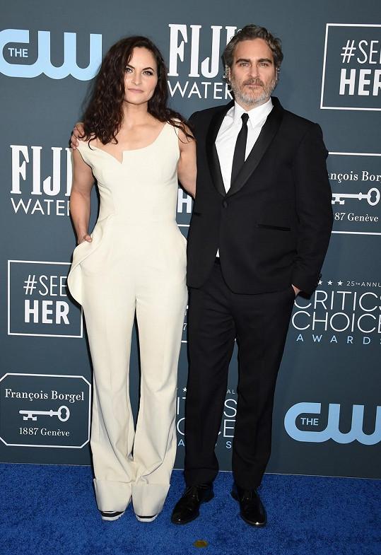 Joaquin Phoenix dorazil na udělování cen filmových kritiků se sestrou Rain.