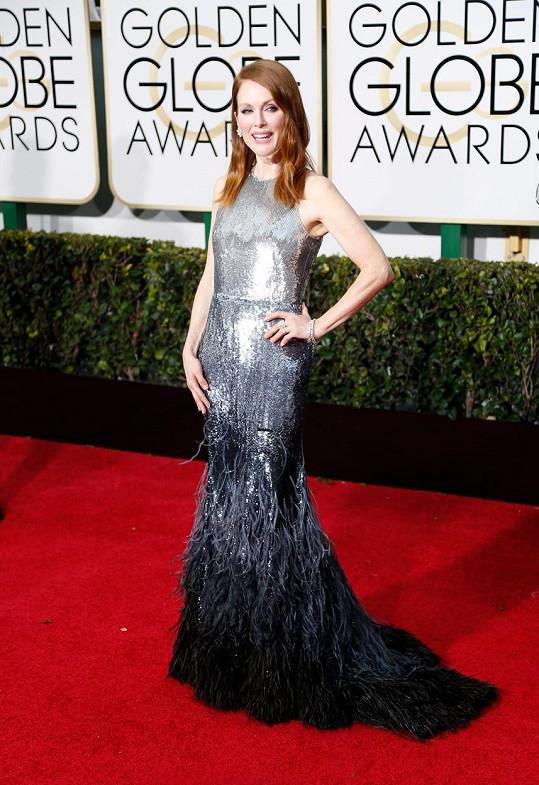 Julianne Moore se nechala obléknout do couture róby z francouzského módního domu Givenchy a ozdobila se šperky Chopard.