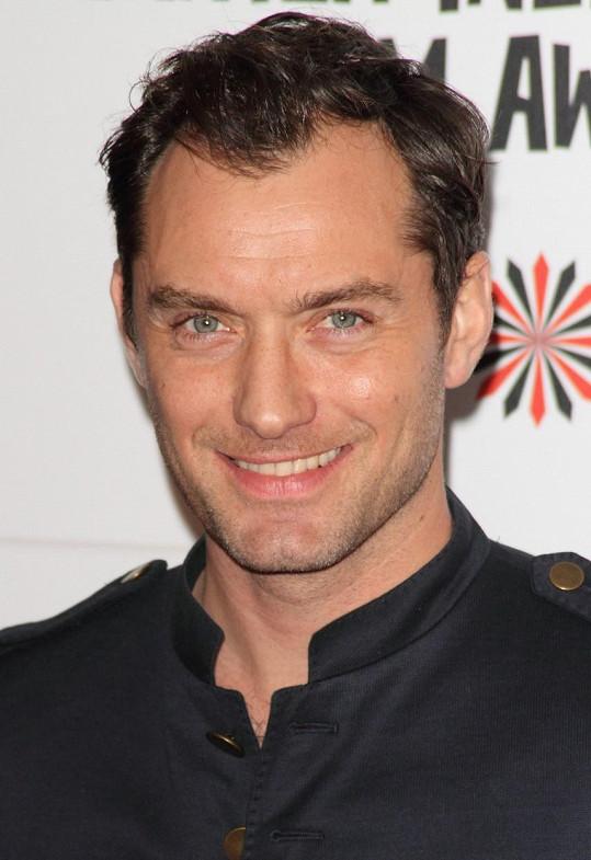 Jeho otec Jude Law je známým hollywoodským krasavcem.