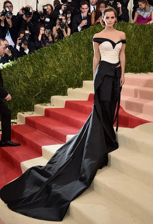 Loni měla nejdelší vlečku Rihanna. Absentující zpěvačku v tomto ohledu zdařile nahradila Emma Watson v nápadité róbě Calvin Klein Collection. Všimněte si, že místo sukně byly velmi originálně použity kalhoty. Model byl navíc vyroben z recyklovaného plastu.