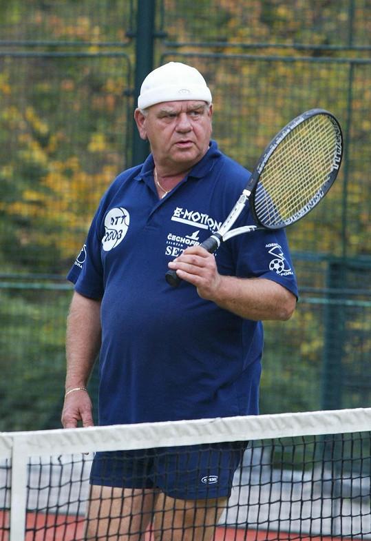 Zpěvák miloval tenis. U svého domu měl i kurt.
