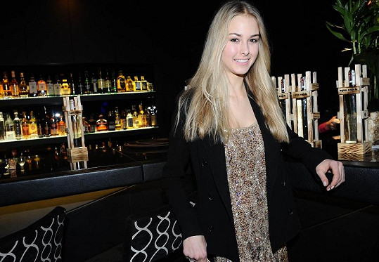 Zastavila se i loňská Miss Golf, přítelkyně mladého Topolánka Simona Dvořáková.