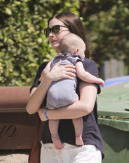 Anne Hathaway je poprvé maminkou.