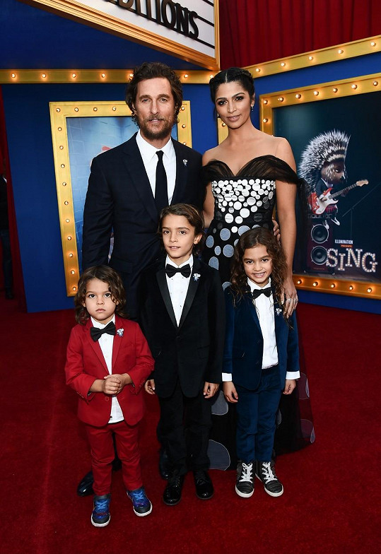 Matthew ukázal manželku a tři děti.