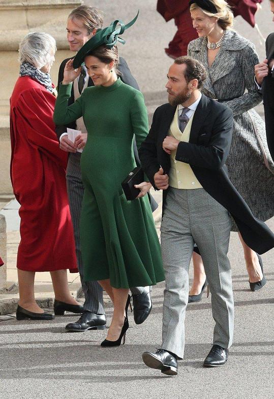 James se sestrou Pippou na květnové svatbě prince Harryho a Meghan Markle