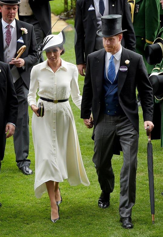 Do Ascotu oblékla šaty značky Givenchy a samozřejmě klobouk, bez toho by to nešlo.