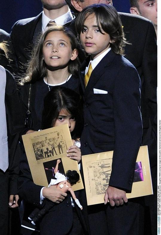 Potomci popového krále na pohřbu Michaela Jacksona v roce 2009