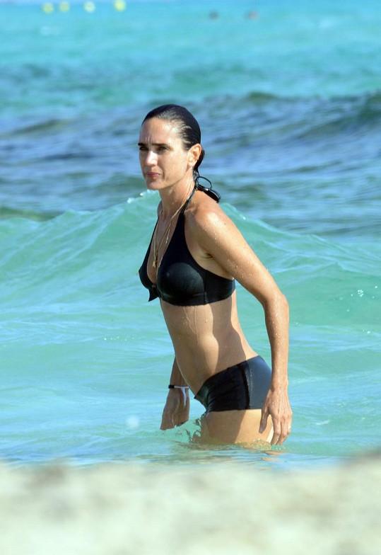 Jennifer je v plavkách dokonalá.