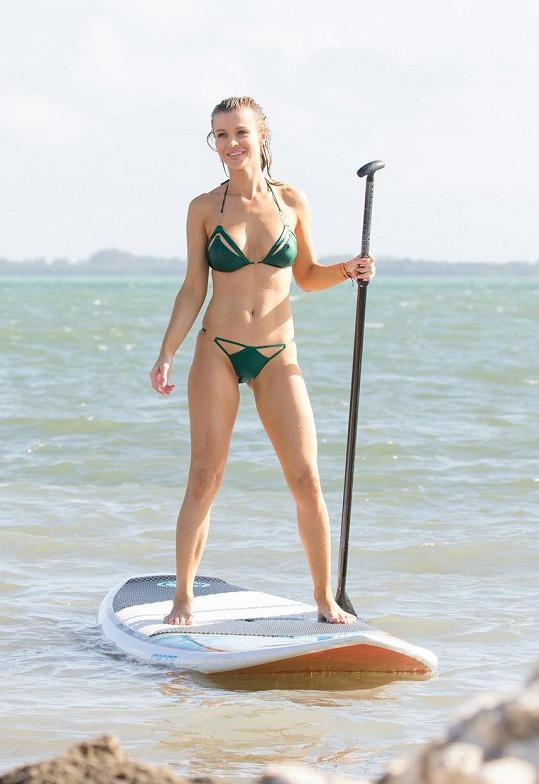 Joanna Krupa zářila na paddleboardu.