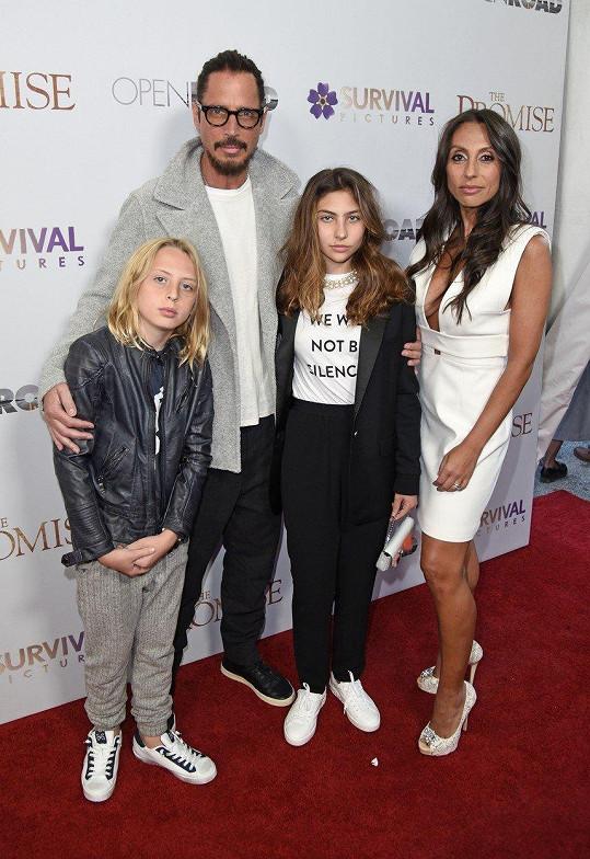 Chris Cornell s rodinou loni v dubnu, měsíc před smrtí. Na snímku jeho nejmladší potomek, syn Christopher
