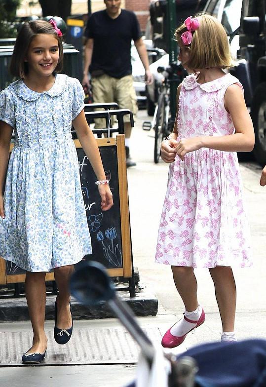 O pár dní dřív měly holky podobné šatičky. A navíc stejný účes i mašli ve vlasech.
