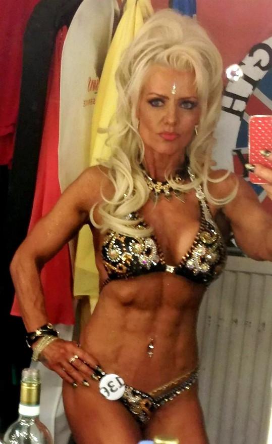 Angličanka cvičí a účastní se soutěží v bodybuildingu už přes dvacet let.