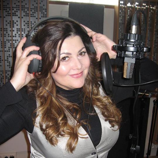 Spokojená Ilona Csáková skládá písničky.