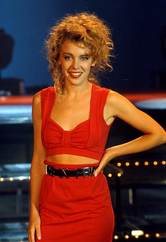 Kylie Minogue se v šoubyznyse pohybuje od svých 11 let, kdy se začala objevovat v seriálech. Do světa hudby vstoupila svým debutovým albem v roce 1988 a takhle tehdy vypadala.