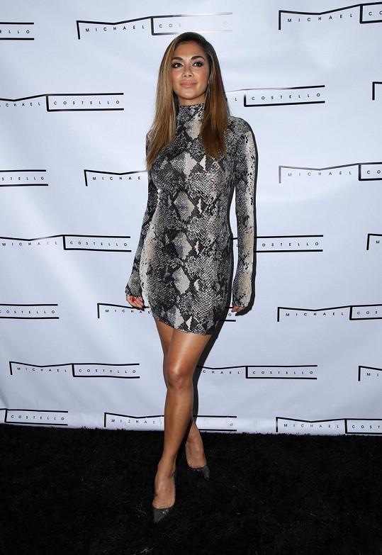 Nicole dorazila do nightclubu v těsných šatech.