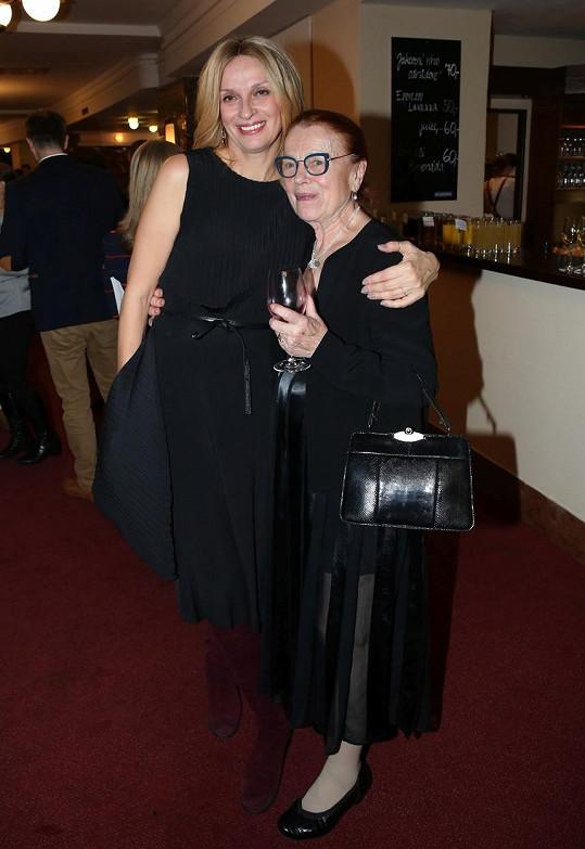 Iva Janžurová s Ivanou Chýlkovou, která hraje učitelku.