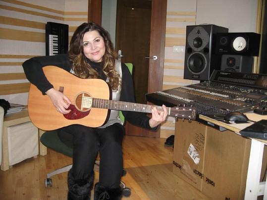 Ilona Csáková zamířila do nahrávacího studia.