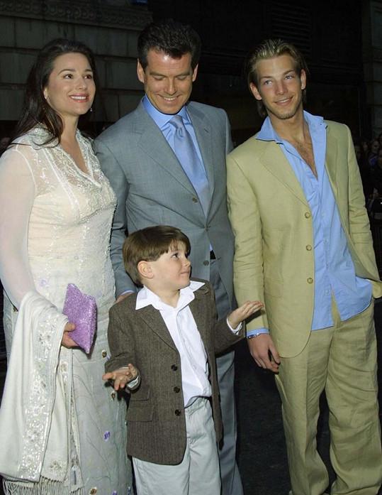 Dylan býval docela boubelaté dítko. Na snímku z roku 2002 s rodiči a bratrem Seanem.