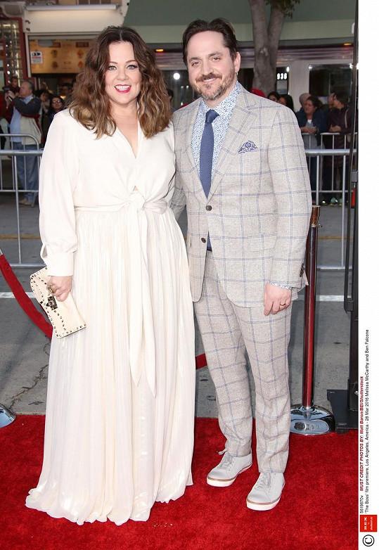 McCarthy s manželem Benem Falconem na premiéře jejich snímku The Boss