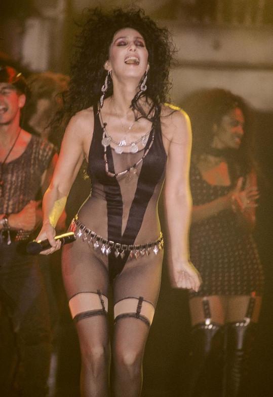 Tenhle průhledný overal oblékla ve videoklipu k písni If I Could Turn Back Time v roce 1989.