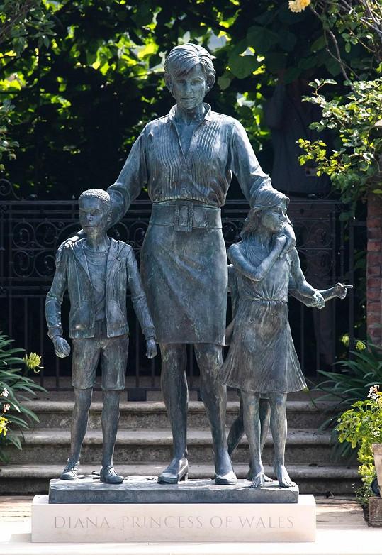 Na počest princezny byla v Kensingtonských zahradách odhalena její socha.