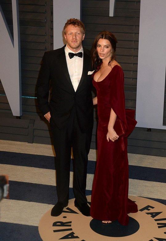 V únoru se modelka nečekaně provdala za herce Sebastiana Beara-McClarda.