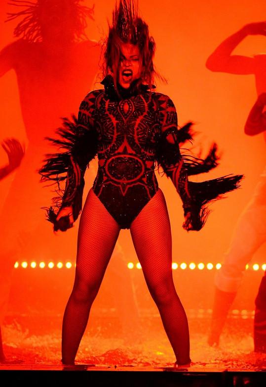 Beyoncé s tanečníky po kotníky ve vodě