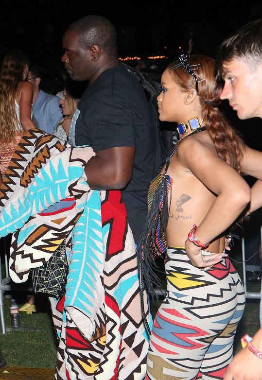 Rihanna si místo trička vzala jen hippie náhrdelník.