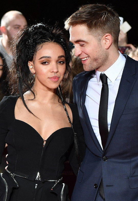 Robert Pattinson a FKA Twigs jsou už každý někde jinde, zásnuby jim nevyšly.