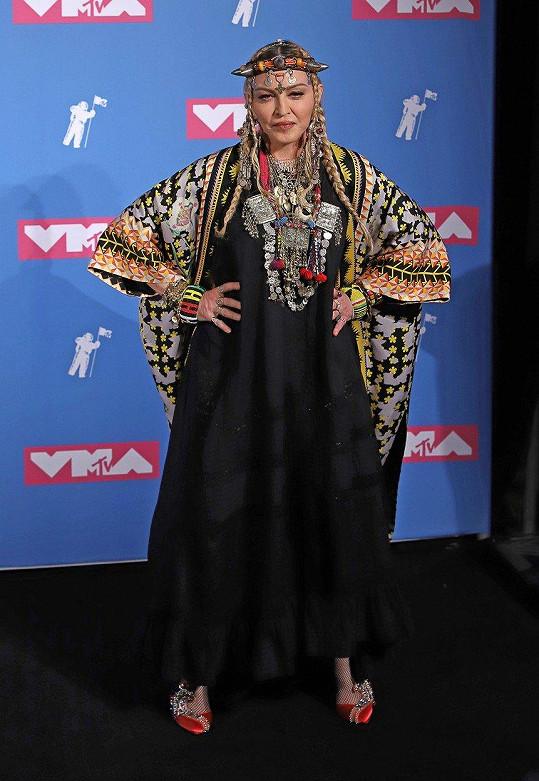 Zpěvačka na předávání hudebních cen MTV vzbudila pozornost outfitem i proslovem.