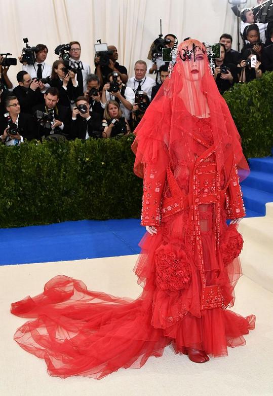 Pořádná dávka kreativity v podání rudé nevěsty Katy Perry v kreaci Margiela. Čelenka s postranními zrcátky a obutí s prstíky by se jistě zalíbilo naší Janě Kratochvílové. Není toho Rudého moře ale příliš?