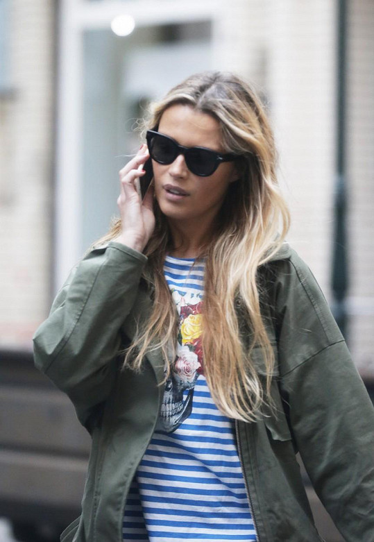 Veroničiny nezbytné doplňky - sluneční brýle a mobilní telefon.