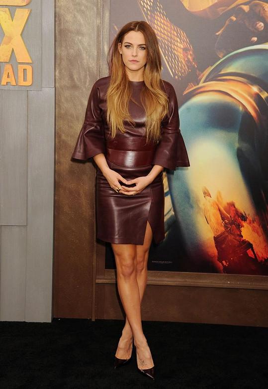 Riley Keough na premiéře filmu Šílený Max: Zběsilá cesta nezapřela zkušenosti z modelingu.