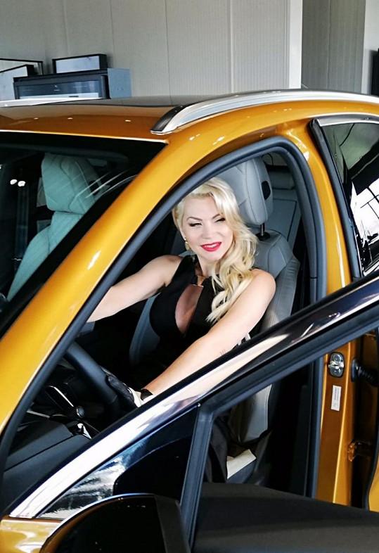 Miluje auta i zlatou barvu.