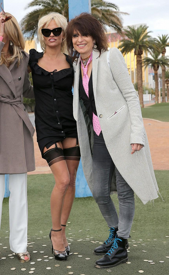 Pamela Anderson se tentokrát předvedla v podvazcích.