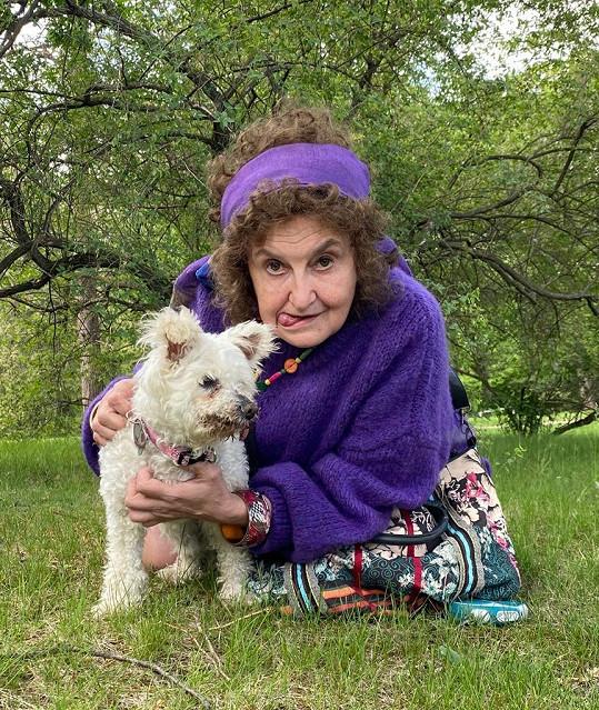 Eva Holubová s fenkou Konvalinkou na vtipném snímku. Pejsek totiž kvůli zdravotním problémům stále vyplazoval jazýček.