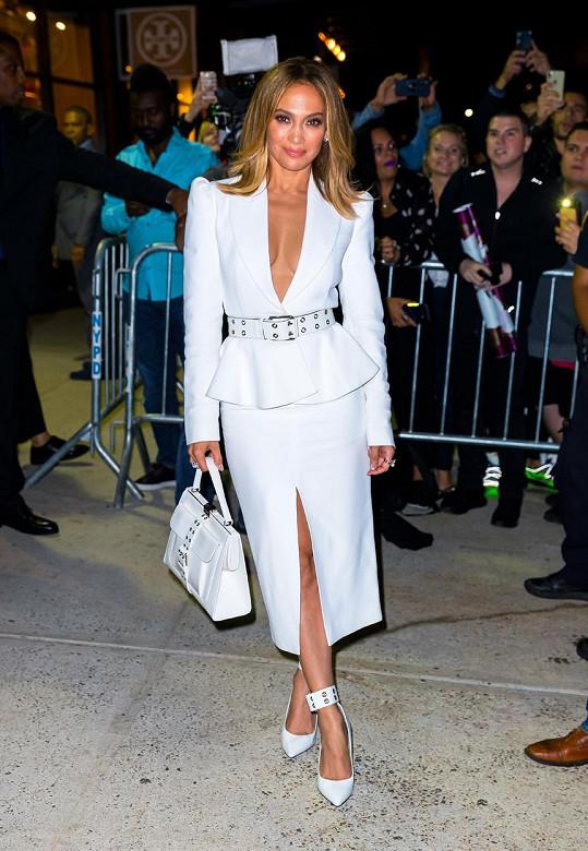 Jennifer Lopez uváděla v bílém svůj nový parfém.