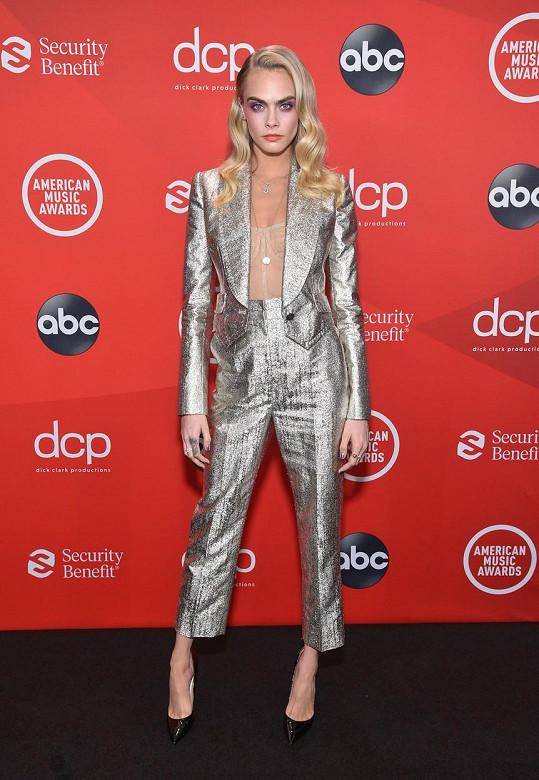 Cara Delevingne dorazila v kalhotovém kostýmku, ale pod ním měla téměř neviditelný tělový korzet.