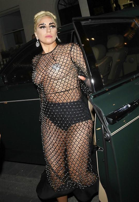 Lady Gaga byla v anglické metropoli k nepřehlédnutí.
