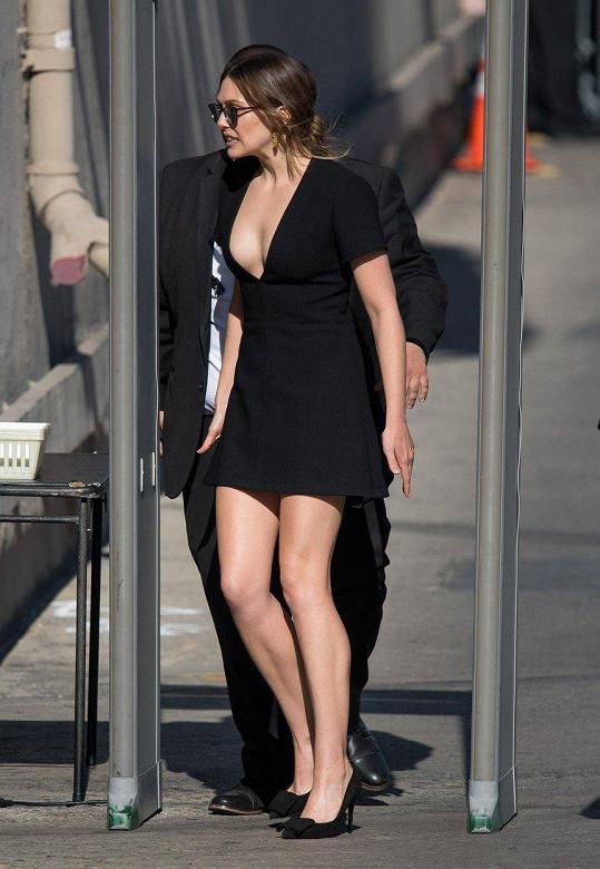 V krátkých černých šatech vypadala báječně.