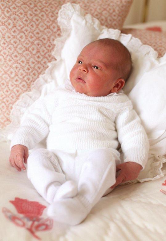 Princ Louis Arthur Charles očima své matky Kate. Snímek vznikl tři dny po narození dítěte.