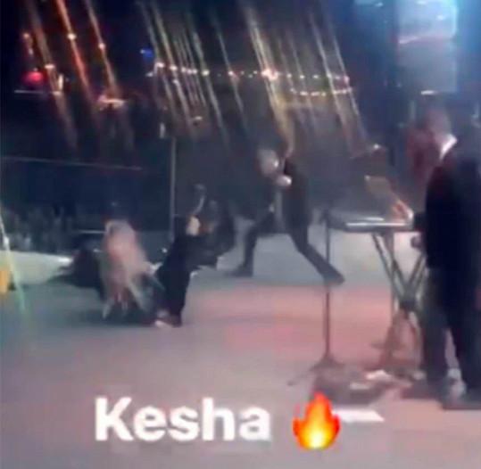 Kesha se v Dubaji svalila.