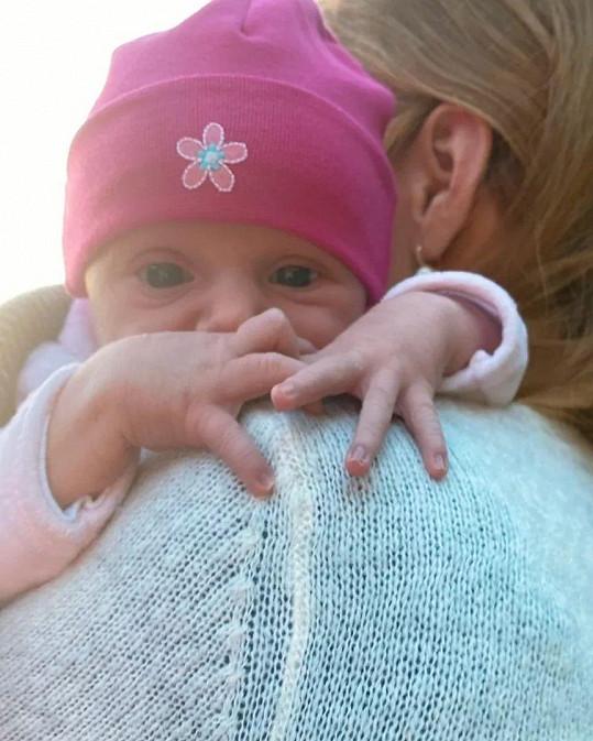 Dceru už obléká do růžové.