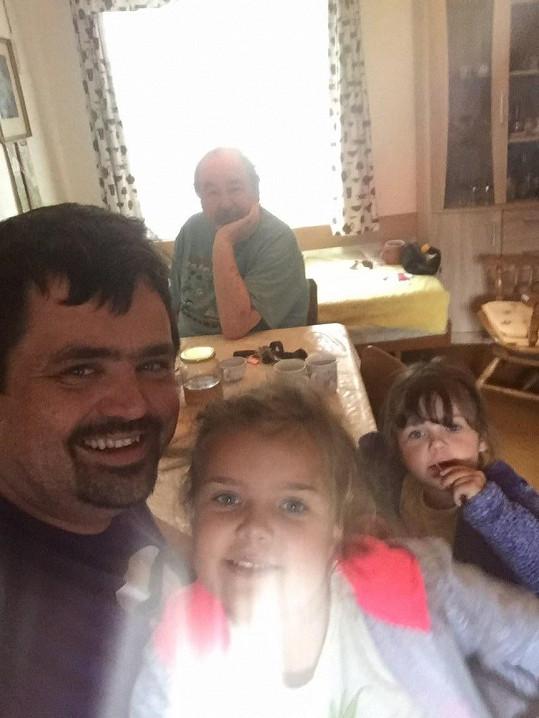 Novotného jezdí na Šumavu navštěvovat rodina. Největší radost má z vnoučat.