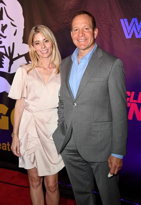 Před dvěma lety se oženil s reportérkou stanice CBS Emily Smith.