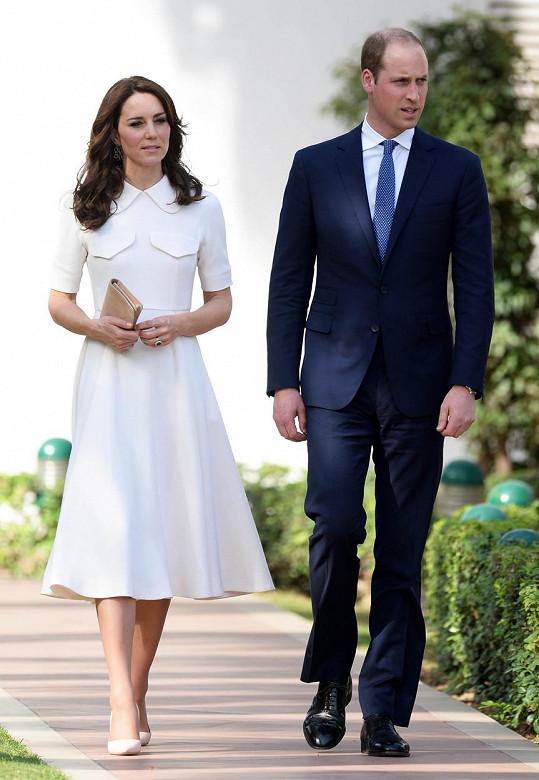I tyto bílé šaty jsou od její oblíbené návrhářky.