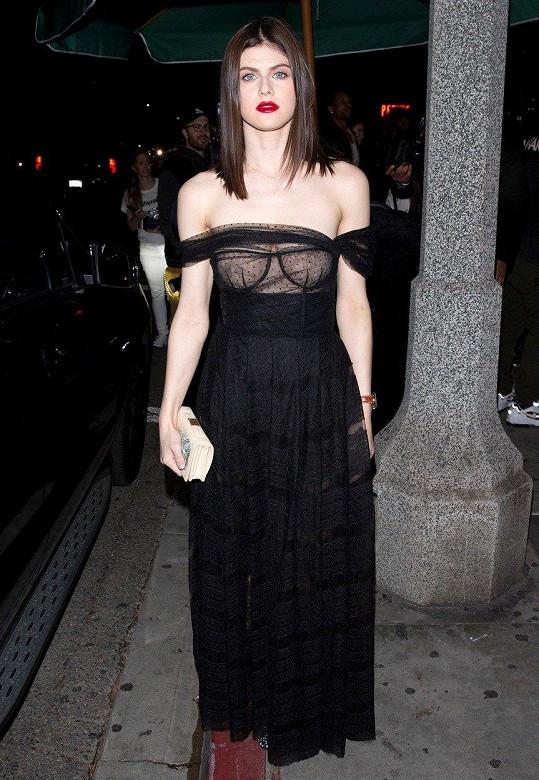 Alexandra Daddario na párty Dioru v krásné róbě stejné značky