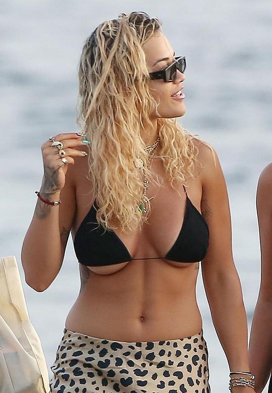 Zpěvačka Rita Ora také nechává z bikin vykukovat prsa spodem.