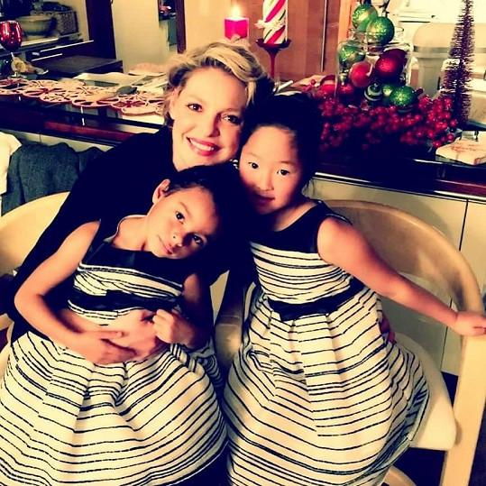 Katherine se svými adoptovanými dcerkami