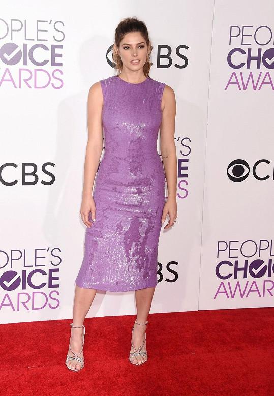 Ne zcela šťastnou ruku měla při výběru šatů od Jeffreyho Dodda Ashley Greene. Barva modelu jejímu typu moc nesvědčí a nešťastná je i nanicovatá délka sukně. Její vlasový styling je zase tak ležérní, že to vypadá, že vyrazila na večeři s kámoškami a ne na galavečer.